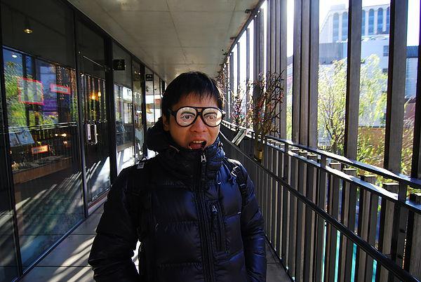 這家眼鏡行的奇怪就放在外面給大家拍照 讚