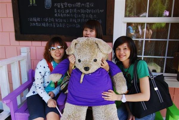 三人與熊(花這時已經打破瓶子,竟然還若無其事的跟我們拍照。)