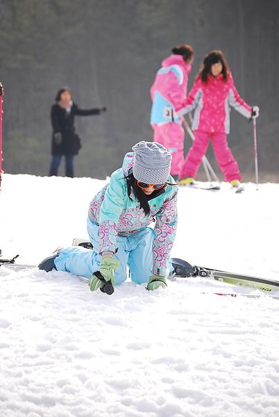 滑雪要學的第一件事就是跌倒 看得出來我學得很好
