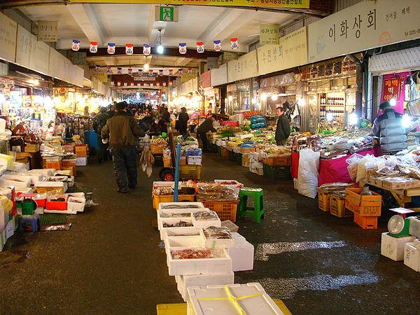 廣場市場有很多魚貨 婚禮用品