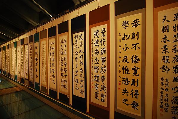景福宮下的書法展 結果隔天變成國小生畫展