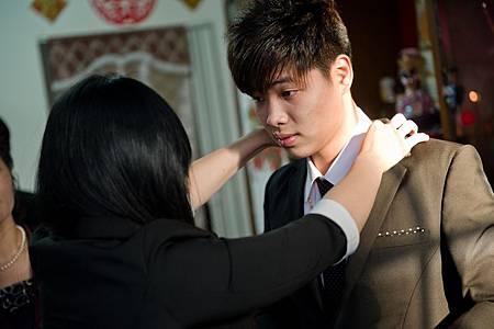 出發前,VIVIAN再次幫新郎打理一切,希望他能順利迎娶美嬌娘