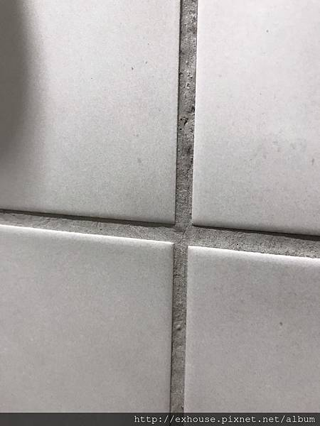 浴室瓷磚的填縫劑顏色與瓷磚不搭,想要更換顏色一定要刮除重做嗎?