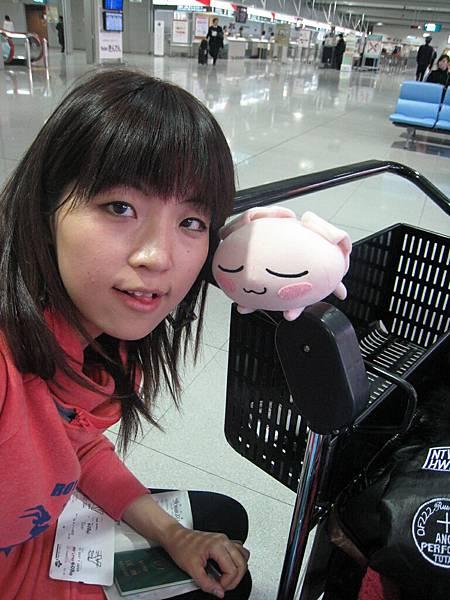 在機場等待~就和JUN自拍 XD