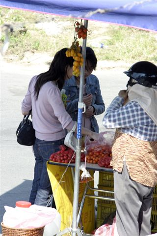 旁邊還有攤販賣蕃茄