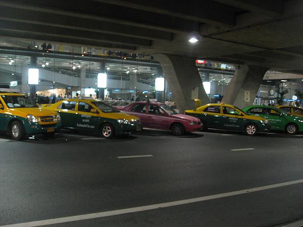 泰國計程車很多顏色~