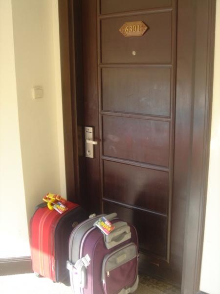 把行李放門口