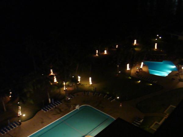 晚上的飯店泳池