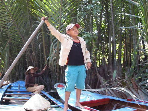 小女孩幫媽媽划船