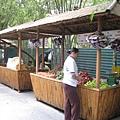 公園裡還有賣水果的攤販