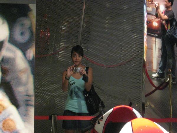 對著賽車博物館的鏡子自拍
