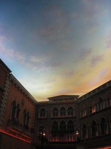 還有燈光讓天空會變色呢