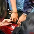 馬基把手伸進車廂找鑰匙