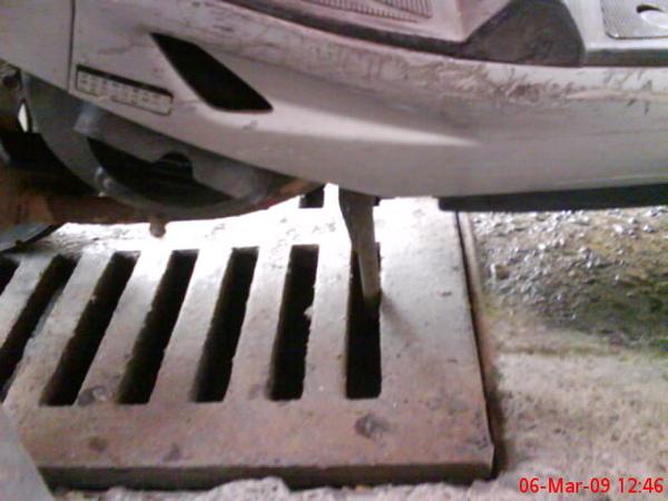 事件二:小羊腳架卡在水溝蓋裡