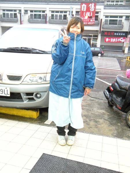 自作聰明把沒帶雨褲,結果雨超大,只好趕緊去買個輕便雨衣