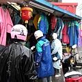 受不了淋雨有人跑去買新雨衣