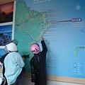 在研究地圖
