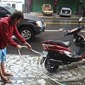 昨天車太髒,出發前洗一下車