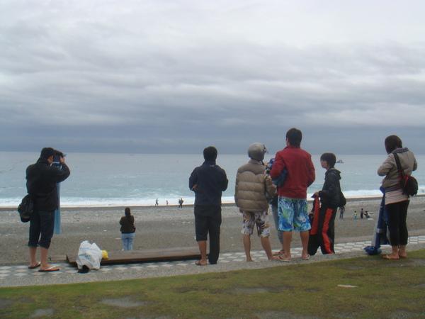 一群在大太陽下穿雨衣的呆瓜