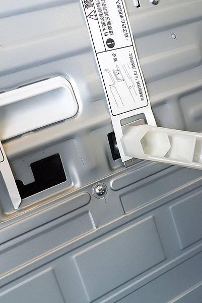 內筒在洗衣機中間,要把內筒固定片移除,才不會晃動撞到