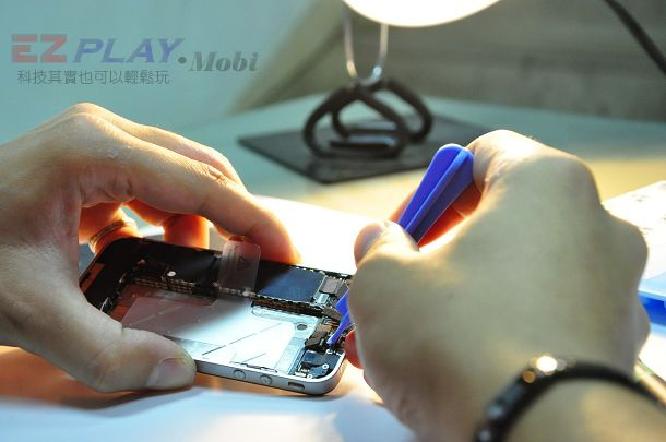 iphone4現場快速維修拆解液晶玻璃破裂速修2