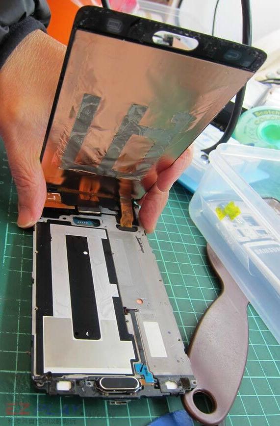 可惡的膠和超薄面板三星Note 4玻璃面板液晶維修之─驚心動魄5