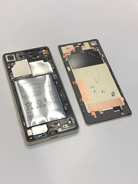 SONY XP手機維修_更換電池02.jpg