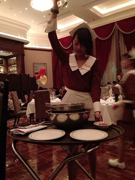 經典可愛服務生現作冰炫翡翠沙拉