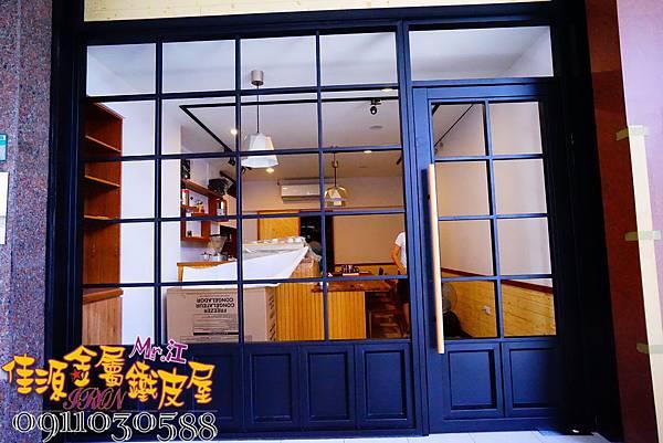 店門面設計 金屬玻璃拉門 鐵方格門面 (5).JPG