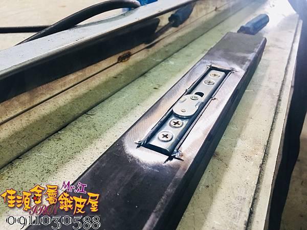 店門面設計 金屬玻璃拉門 鐵方格門面 (24).jpg