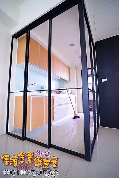 客廳與廚房的金屬玻璃隔間 (1).JPG