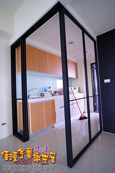 客廳與廚房的金屬玻璃隔間 (4).JPG