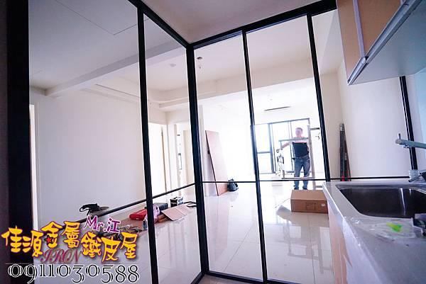 客廳與廚房的金屬玻璃隔間 (8).JPG