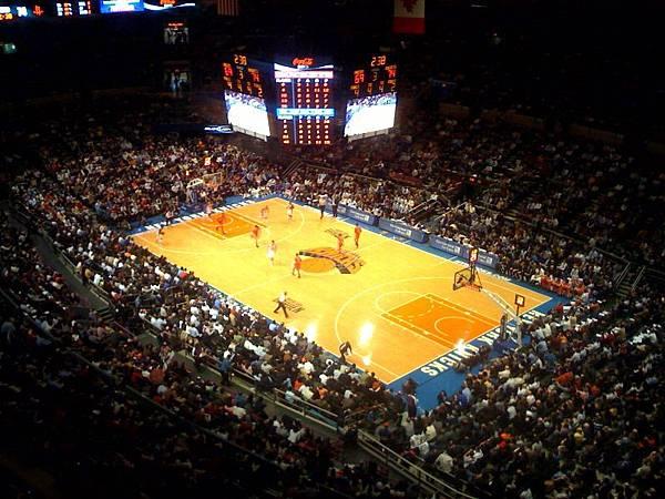 Knicks_playing_at_Madison_Square_Garden.jpg