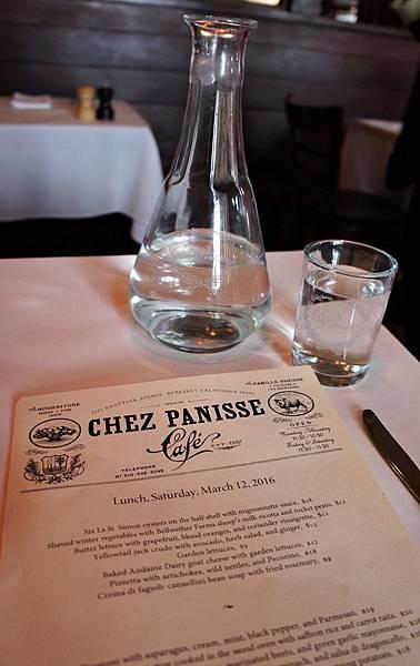 菜單&印著餐廳字樣的水杯