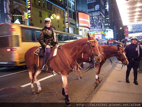 """NYC ~ 警察騎馬 OK,馬腳帶""""護膝"""" !?"""