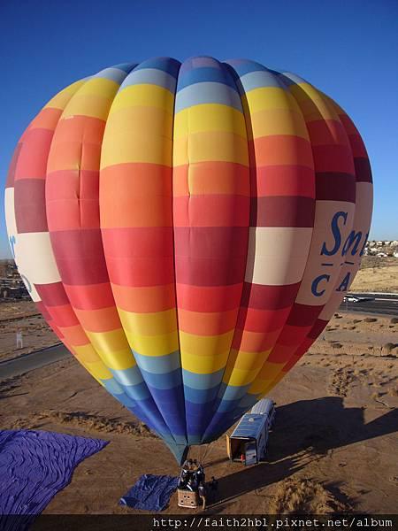 New Mexico ~ Albuquerque : 在熱氣球上俯瞰/拍攝另一個準備升空