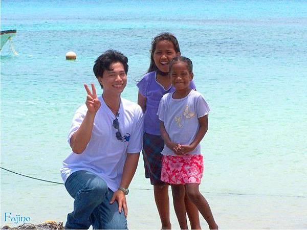 馬紹爾-與開朗的海邊女孩合影