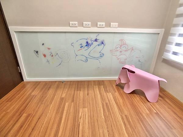 圖17-兒童遊戲室_烤漆玻璃.jpg