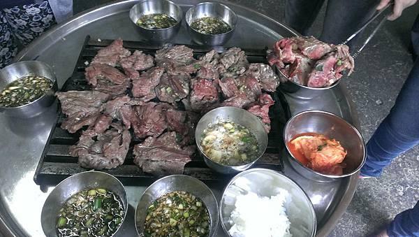 2.新村站 站著吃烤牛肉.jpg