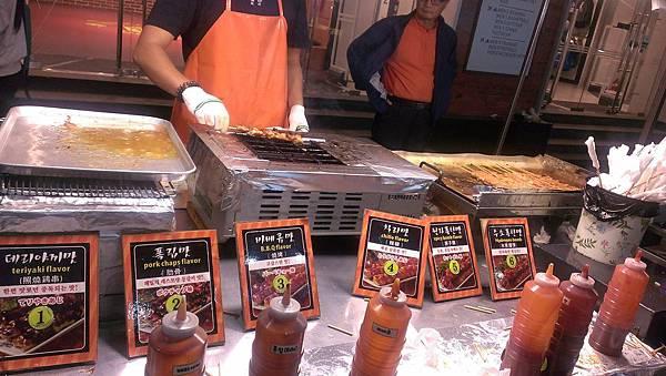 10 明洞站 超人氣的烤肉串店 有六種醬汁可選擇.jpg