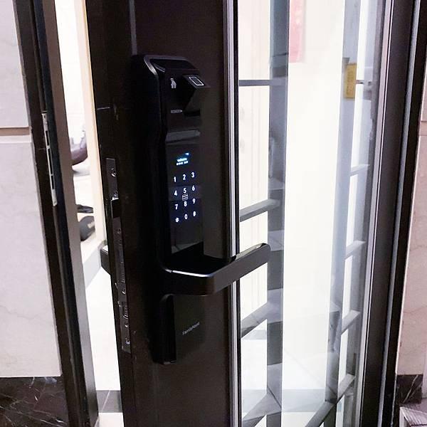 玻璃門也想用指紋密碼鎖 智慧管家電子鎖實裝照片讓您參考