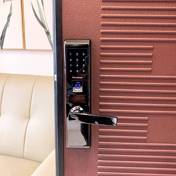 密碼解鎖 指紋解鎖 卡片解鎖 全家人都可以選自己的電子鎖開門方式