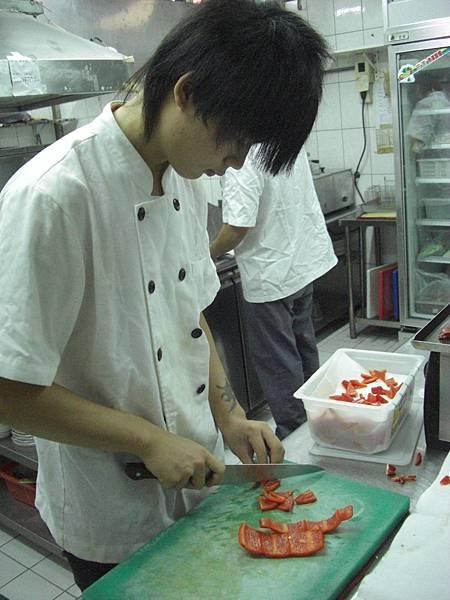 穿上廚師制服讓他開...JPG