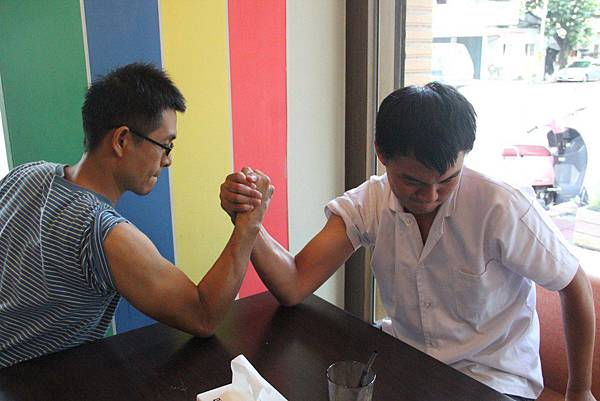 培訓少年聚餐-與輔導員比腕力.JPG