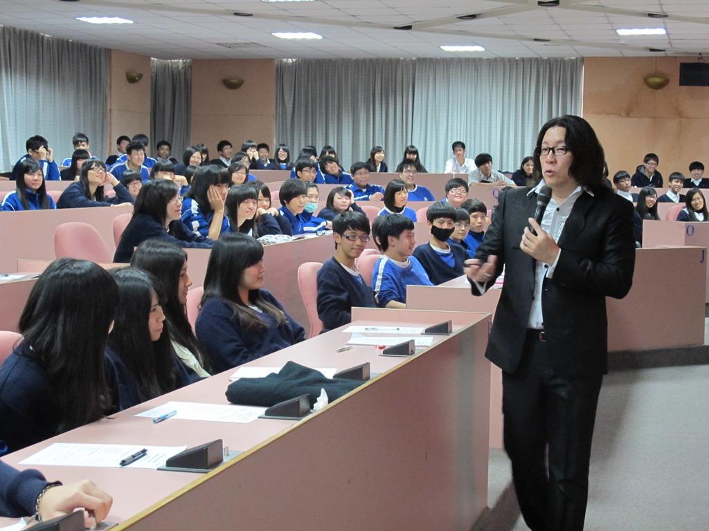吳理事長於2月23日於協和工商演講以「神奇十字思考法」說明創意