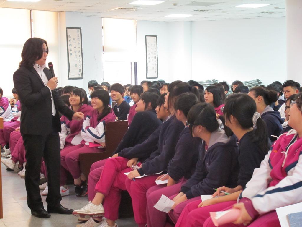 吳介民理事長2月24日於滬江高中風趣、幽默演講逗的同學很開心