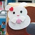 面紙盒上的白兔正在微笑