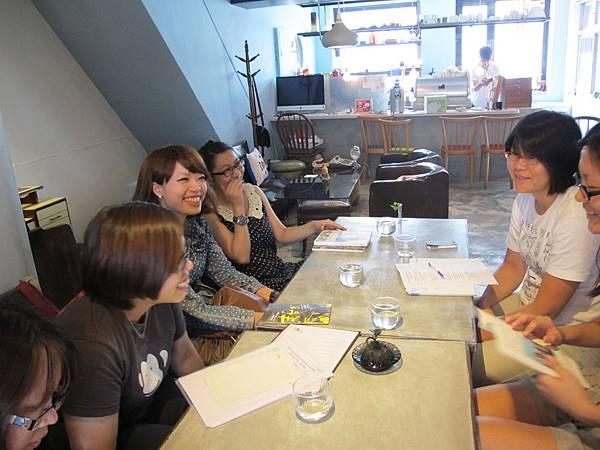 學員們聽著其他人的分享,開心的露出笑容.JPG