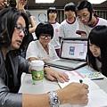 進階課程吳介民總監正在指導學員作品
